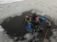 Un plongeur sortant du lac gelé
