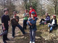 Partie de laser game en plein air entre enfants