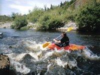 Un bon kayakiste en pleine descente