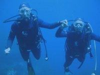 Deux plongeurs sous l eau en Bapteme
