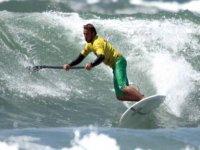 Paddle surf dans les vagues