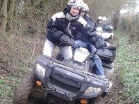 Quad conducteur et passager dans les chemins forestiers
