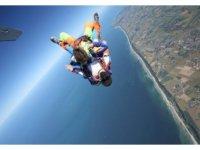 Parachutisme au dessus de la mer