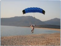 Atterrissage en parachute sur plage en Corse
