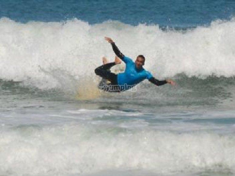 Chute dans les vagues