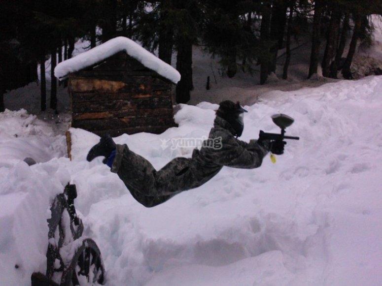Paintball enfant sous la neige