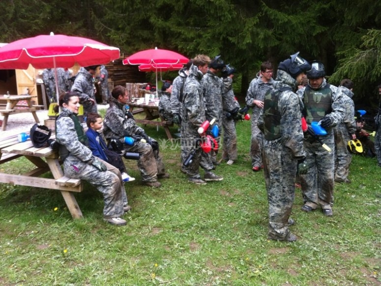 Celebration de groupe au paintball