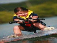 Enfant sur wakeboard