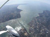 Survolant l estuaire de La Loire une minute avant le largage