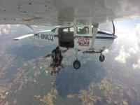 Saut en parachute à partir de l'avion