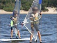 Cours de planche a voile enfant sur un lac