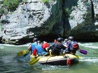 Rafting sur la riviere avec le guide