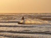 Kitesurf au couche du soleil