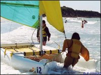 Catamaran dans les remous