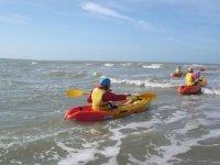Kayak dans les vagues
