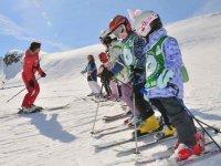 Petits skieurs en position