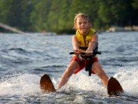 Enfant ski nautique lac Annecy