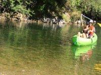 Le canoe et ses occupantes