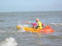 Kayak de mer dans les vagues
