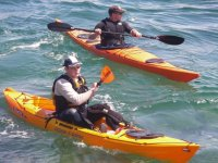 Kayak de mer sur la cote de beaute