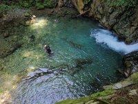 Nage au cours du canyoning
