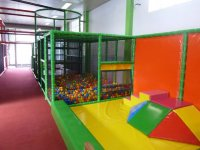 trampolines et piscine a balles