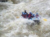 Descente rafting dans les rapides