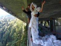 Saut a l elastique en robe de mariee