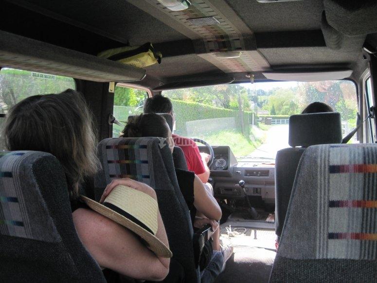 Départ en mini bus vers Pont d'Ouilly, lieu de  départ de votre circuit: pas d'attente ensuite!
