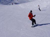 En pleine lecon de snowboard