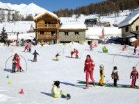 Jardin des enfants et ski