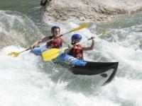 Dans les rapides en canoe raft