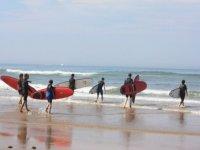 en route pour le premier cours de surf