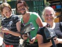 filles au laser tag avec les armes du centre