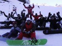 Cours collectif de snowboard pendant les vacances scolaires