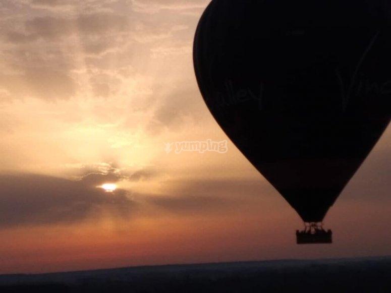 Vol en montgolfière au crépuscule