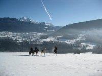 randonnee equestre en groupe dans la neige