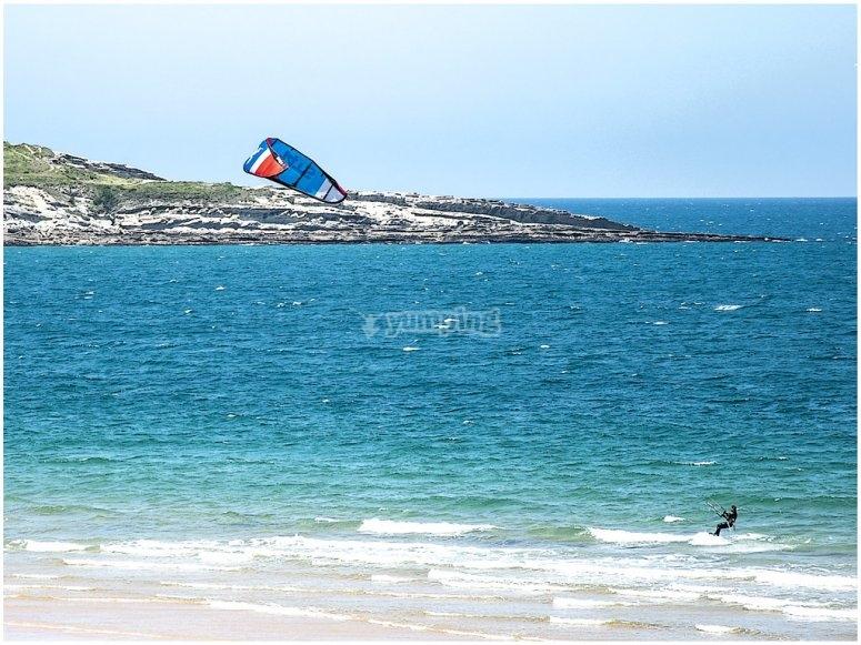 Activité de kitesurf à couper le souffle