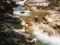 Glissez a travers les toboggans naturels des canyons des Pyrenees