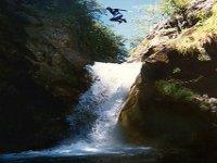 Grand saut dans vasques d eau avec le Bureau des Guides Cauterets Canyoning