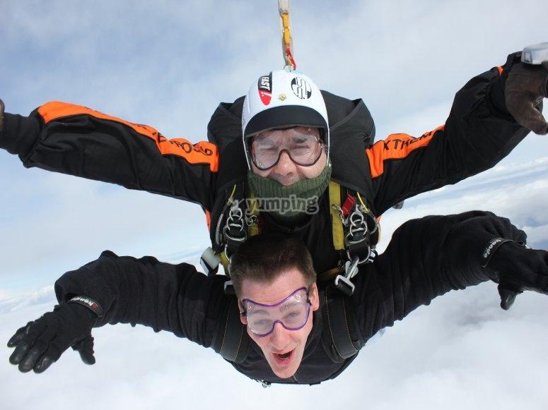 Touchez les nuages grâce à notre saut en parachute
