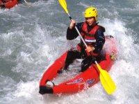 Kayak Raft en descendant le parcours des Gorges dans les Alpes