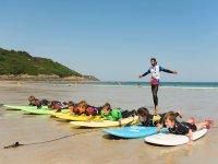 Nos moniteurs vous apprendrons toutes les étapes pour surfer