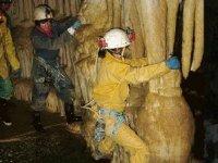 Speleologie dans les caves de la vallee