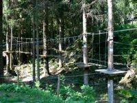 Installations du parcours aventure a Les Houches