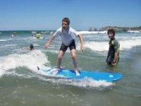 Petits et grands, surfant sur les vagues
