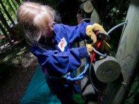 Enfant sur le parcours aventure facile