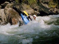 Kayak raft dans les eaux vives des Pyrenees