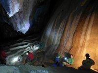 Spéléologie salle d'une grotte