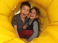 Dans les tunnels gonflables du parc